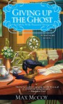 Giving Up the Ghost (Ophelia Wylde Occult Mystery) - Max McCoy