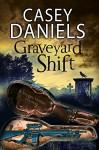 Graveyard Shift: A paranormal mystery (A Pepper Martin Mystery) - Casey Daniels