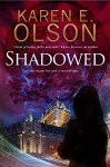 Shadowed: A thriller (A Black Hat Thriller) - Karen E. Olson
