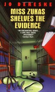 Miss Zukas Shelves the Evidence (Miss Zukas Mysteries) - Jo Dereske