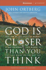 God Is Closer Than You Think Participant's Guide: This Can Be the Greatest Moment of Your Life Because This Moment is the Place Where You Can Meet God (ZondervanGroupware Small Group Edition) - John Ortberg, Claudia Arp, David Arp