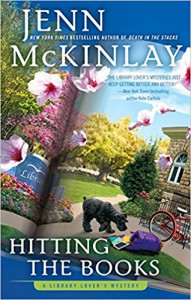 Hitting the Books (A Library Lover's Mystery) - Jenn McKinlay