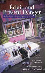 Éclair and Present Danger: An Emergency Dessert Squad Mystery - Laura Bradford