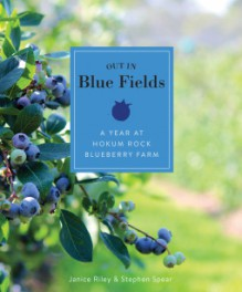 Out in Blue Fields: A Year at Hokum Rock Blueberry Farm - Janice Riley,Stephen Spear