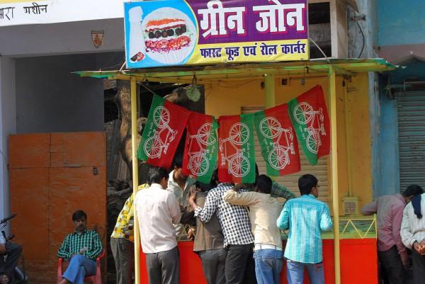 Dzień wyborczy w Waranasi. Symbole, takie jak rower, służą lepszej identyfikacji partii przez wyborców (Waranasi, 2012 r.)
