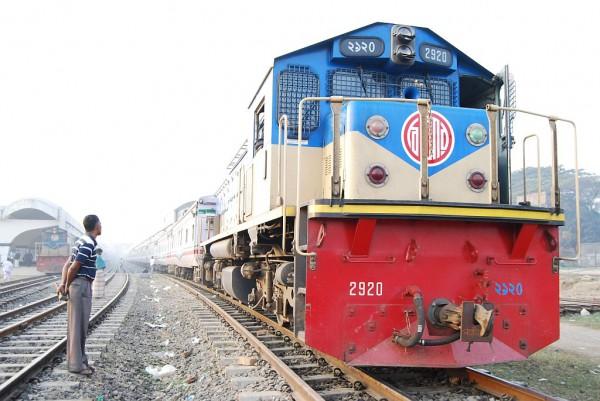 Mohanagar Provati relacji Dhaka - Chittgong (Bangladesh Railway) gotów do odjazdu (Dhaka, 2012 r.)