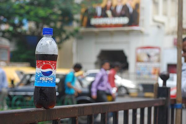 Butelka indyjskiej pepsi na tle plakatu do filmu Bodyguard z Salmanem Khanem (Mumbaj, 2011 r.)
