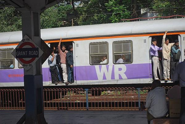Pociąg linii Western Railway mijający stację Grant Road (Mumbaj, 2011 r.)