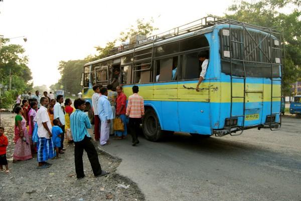 Na przystanku autobusowym (Siliguri, 2009 r.)