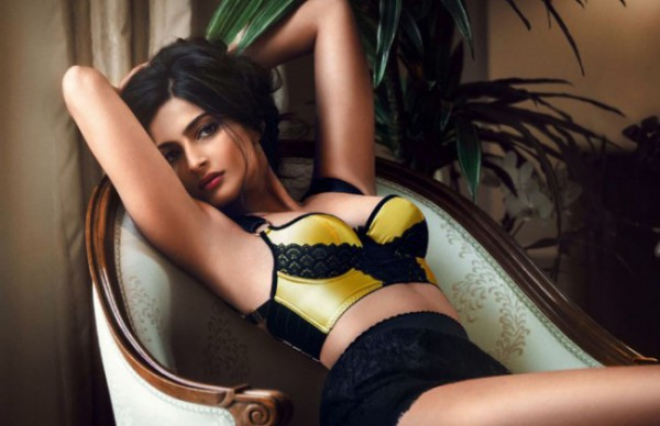 Download Latest Sonam Kapoor Wallpapers