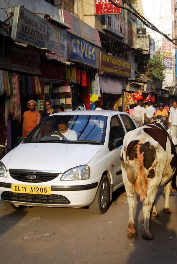 Ruch uliczny na Main Bazar w dzielnicy Paharganj (New Delhi, 2009 r.)
