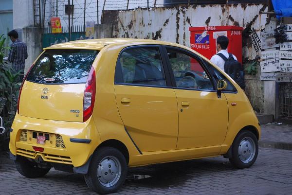 Świeżo zakupiony Tata Nano, jeszcze bez tablic rejestracyjnych (Mumbaj, 2011 r.)
