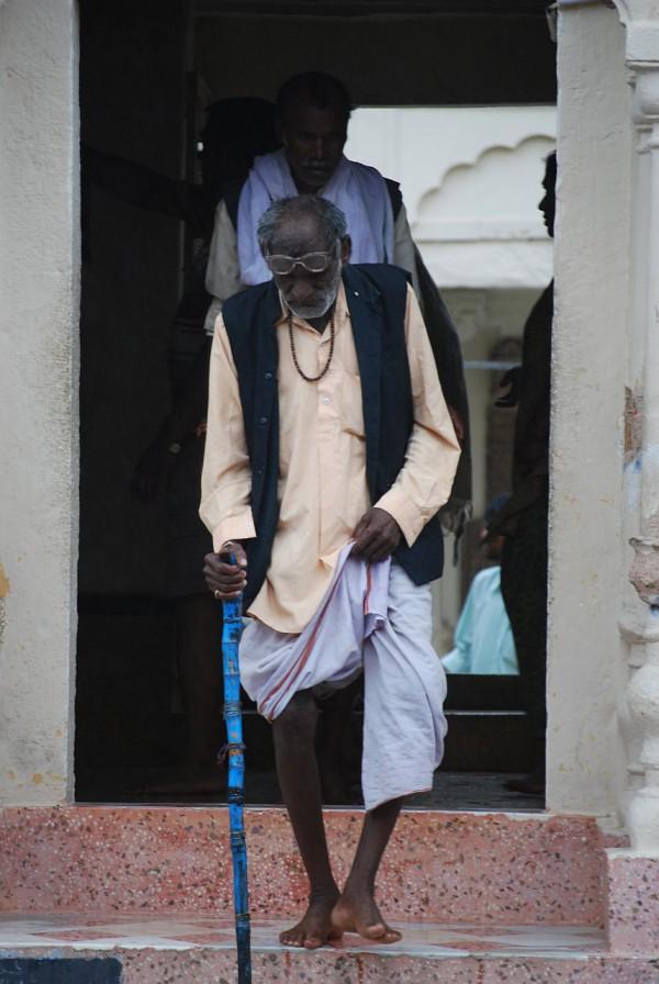 Przed świątynią dżinijską (Khajuraho, 2009 r.)