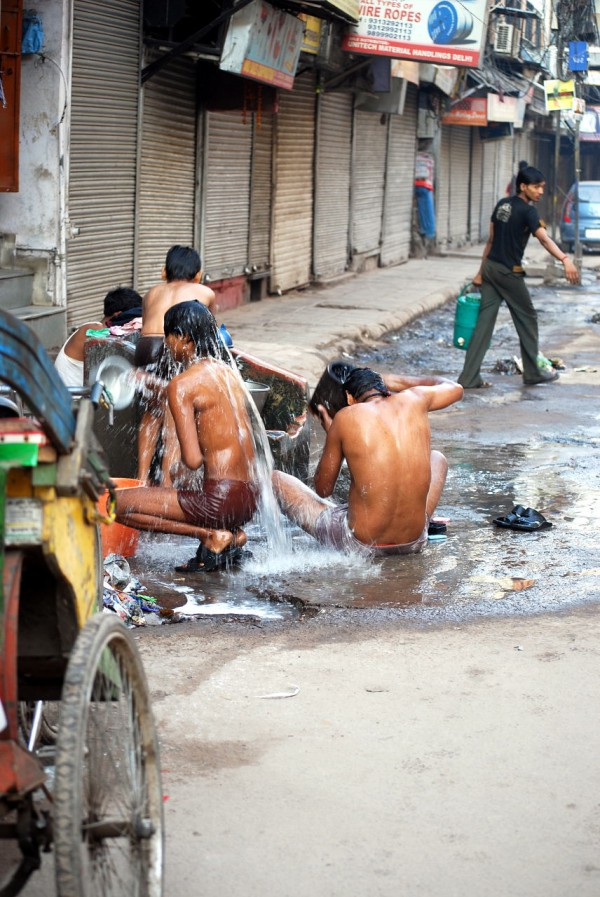 Poranne ablucje w Chandni Chowk (Delhi, 2009 r.)