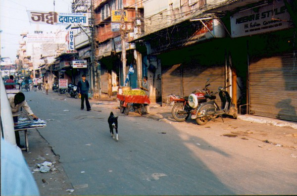 Main Bazar - turystyczne getto o świcie (New Delhi, 2003 r.)