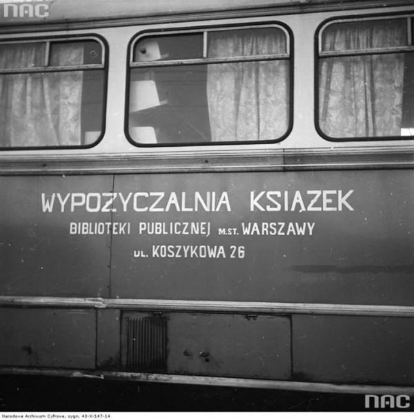 Bibliobus Biblioteki Publicznej m.st. Warszawy przy ul. Koszykowej 26, 1973. Ze zbiorów NAC