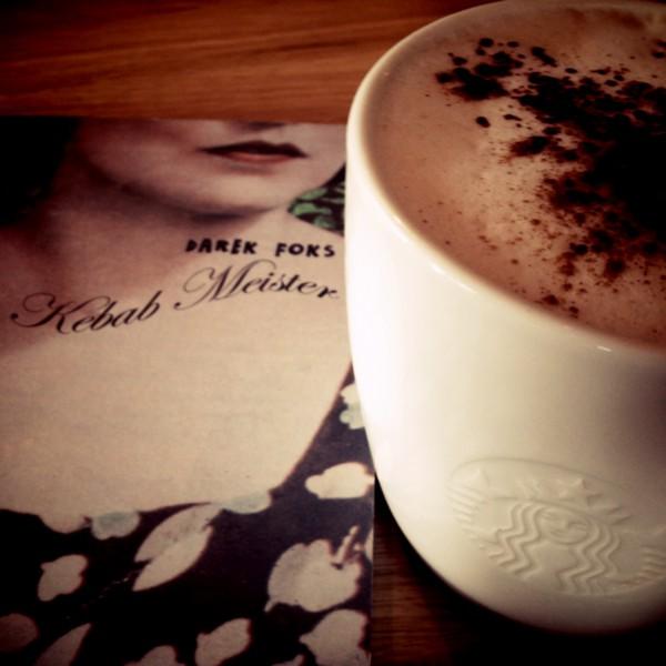 Kebab popijam cappuccino - o dziwo dobrze się ze sobą komponują @ Starbucks (Warszawa)