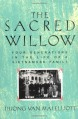 The Sacred Willow: Four Generations in the Life of a Vietnamese Family - Duong Van Mai Elliott