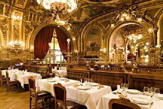 Gdzie należało wsiąść do Orient Expressu? Ależ na Gare de Lyon, na Gare de Lyon! A cóż jest na tym cudownym dworcu? Ależ Train Bleu, najbardziej fascynująca restauracja w Paryżu! (...) Train Bleu to trzy ogromne sale z pretensjonalnymi freskami na ścianach, kanapami obitymi czerwonym pluszem, lampami z czeskiego kryształu, kelnerami w kamizelkach i czyściutkimi tabliers