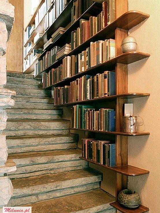 """""""Książki to także świat, i to świat, który człowiek sobie wybiera, a nie na który przychodzi"""". - Wiesław Myśliwski"""
