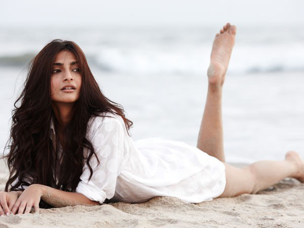 Sexy Look Sonam Kapoor Wallpapers HD